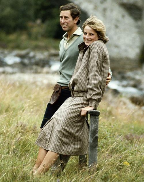 Tháng 8/1981: Khoảnh khắc hạnh phúc, thoải máihiếm hoi của Charles và Diana trong tuần trăng mật tạiBalmoral.