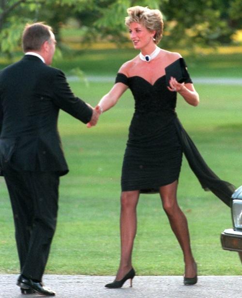 Tháng 6/1994: Trong một cuộc phỏng vấn truyền hình, Charles thừa nhận với thế giới về mối quan hệ ngoài luồng vớiCamilla. Ông thừa nhận: Trước khi cuộc hôn nhân này tan vỡ, chúng tôi đã thực sự cố gắng. Buổi tối cùng ngày, Diana xuất hiện trong chiếc váy LBD sau này đã trở thành huyền thoại. Báo chí gọi đây là bộ váy của sự trả thù.