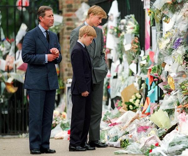 Tháng 8/1997: Hơn một năm sau khi ly hôn, Công nương Diana qua đờitrong một vụ tai nạn xe hơi ở Paris. Có rất nhiều giả thuyết về cái chết, điều này hoàn toàn đánh gục tinh thần những người con của bà. Ảnh chụp Charles, William và Harry đang đứng nhìn những bó hoa tưởng niệm mà người dân Anh dành cho vị công nương trong trái tim họ. Tám năm sau cái chết của Diana, Charles tái hôn vớiCamilla tại lâu đàiWindsor.