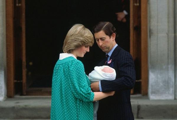 Tháng 6/1982: Diana hạ sinh con trai đầu lòng William tại bệnh viện St. Marysau khi tuyên bố mang thai vào tháng 11/1981. Trong cuộn băng ghi âm bí mật với nhà báo Andrew Morton, Diana từng tiết lộ lúc mang bầu được 4 tháng, cô đã phải quăng mình từ cầu thăng rơi xuống nền nhà chỉ để lôi kéo sự chú ý của Charles.
