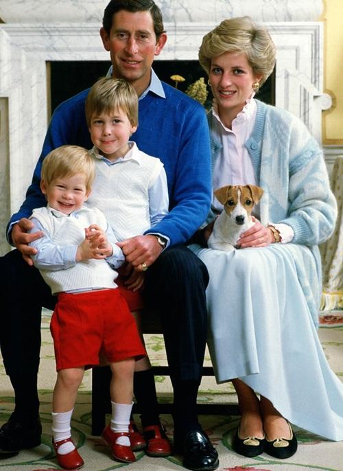 Tháng 12/1986: Gia đình bốn người của Diana. Đây cũng là năm mà Charles công khai nối lại quan hệ với tình cũ Camilla. Trong khi đó, Diana đang vật lộn với chứng rối loạn ăn uống, căn bệnh bắt đầu từ thời điểm vừa kết hôn,sau khi Charles gọi Diana là người mũm mĩm.