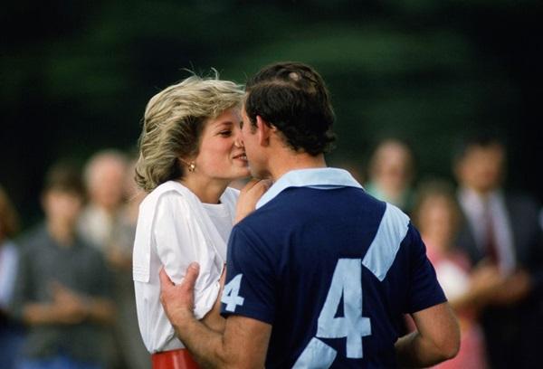 Tháng 6/1985:Nụ hôn Diana dành choCharles sau mộttrận đấu polo ở Cirencester. Meghan đã có hành động tương tựcho Harry tại trận đấu Polo Sentebale diễn ra tháng trước.