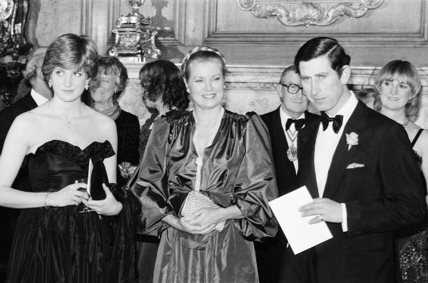 Tháng 5/1981:Diana tham dự sự kiện hoàng gia công khai đầu tiên của cô với Hoàng tử Charles tại một buổi hòa nhạc từ thiệntại Goldsmiths Hall ở London.