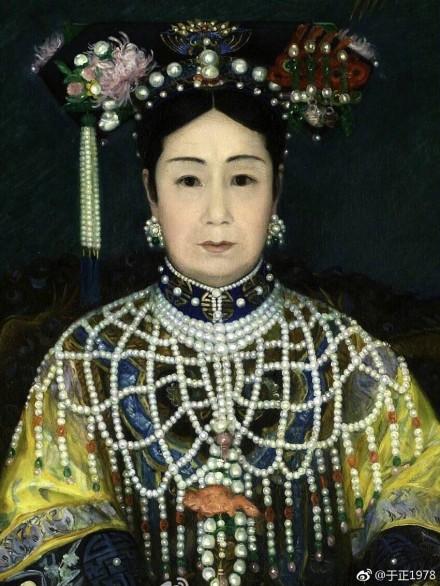 Tranh vẽ Từ Hi Thái hậu diện áo choàng trân châu xa hoa.