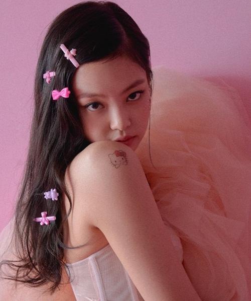Jennie kẹp tóc nhựa màu hồng cute, dán hình Hello Kitty trên vai thể hiện vẻ đẹp vừa ngây thơ vừa quyến rũ.