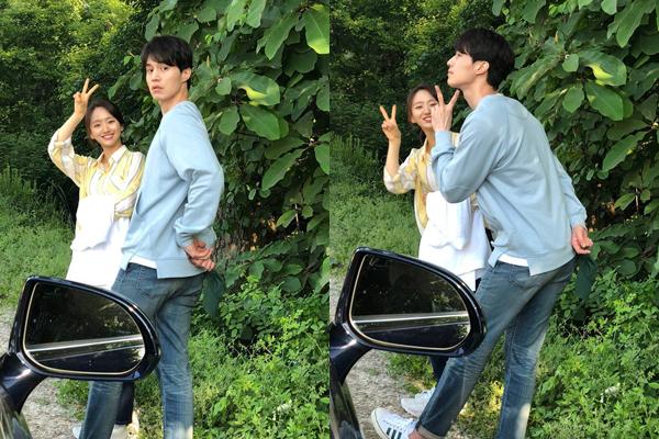 Lee Dong Wook bất ngờ khi phát hiện bị chụp lén nhưng anh chàng ngay lập tức pose hình rất xì tin.