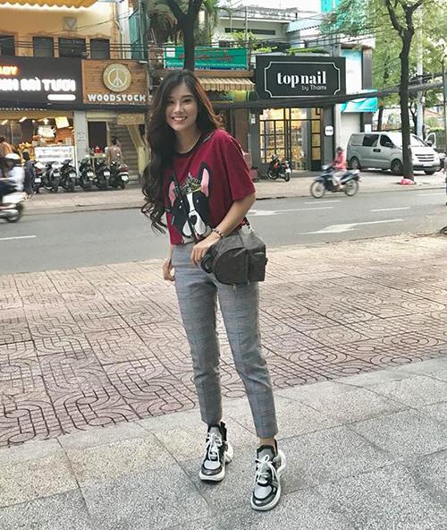 Độ chịu chơi của Yến Chibi còn thể hiện trong việc cô nàng không tiếc tiền sắm đôi sneakers Archlight đang gây sốt của Louis Vuitton với giá 24 triệu đồng. Chiếc ba lô cô đang đeo cũng cùng chung thương hiệu.