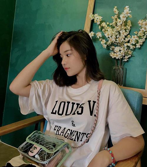 Với set đồ trông khá nhí nhảnh này, Yến Chibi cũng thể hiện độ chịu chơi khi sắm áo phông của Louis Vuitton, mix với túi xách trong suốt của Chanel có giá hơn 68 triệu đồng.