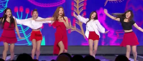 Joy phải dùng tay giữ váy suốt phần biểu diễn.