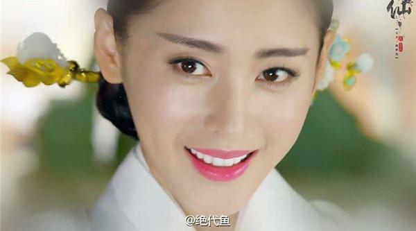 Trong phim, Trương Thiên Ái hóa vào vai Trương Bồng Bồng -vốn là một người đàn ông lăng nhăng thời hiện đại nhưng do bị ám sát nên bị xuyên không về thời cổ đại, nhập vào thân xác của thái tử phi trong triều đình