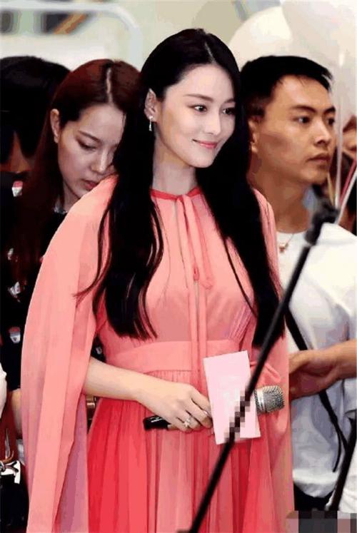Nữ diễn viên thường xuyên che bụng khi đứng trong sự kiện.