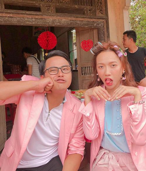 Diệu Nhi và La Thành rủ nhau chụp hình nhí nhố với đồ hồng sến rện khi cùng tham gia một bộ phim mới.