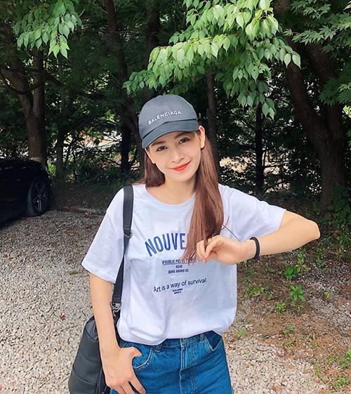 Chi Pu trẻ xinh giống hệt gái Hàn trong bộ đồ năng động.