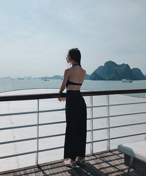 Jun Vũ khoe lưng trần mong manh trên chiếc du thuyền sang trọng ở Hạ Long.