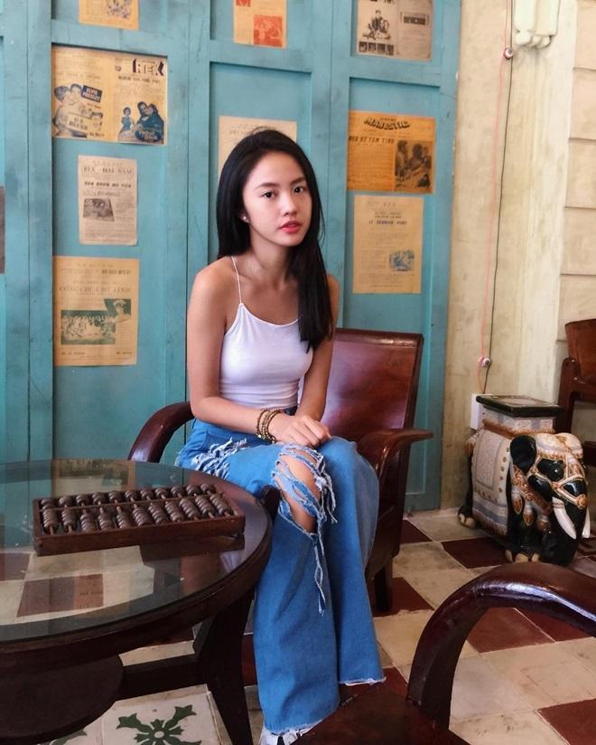 <p> Áo hai dây ôm sát cơ thể được Thanh Vy mix cùng quần jeans rách ống loe.</p>