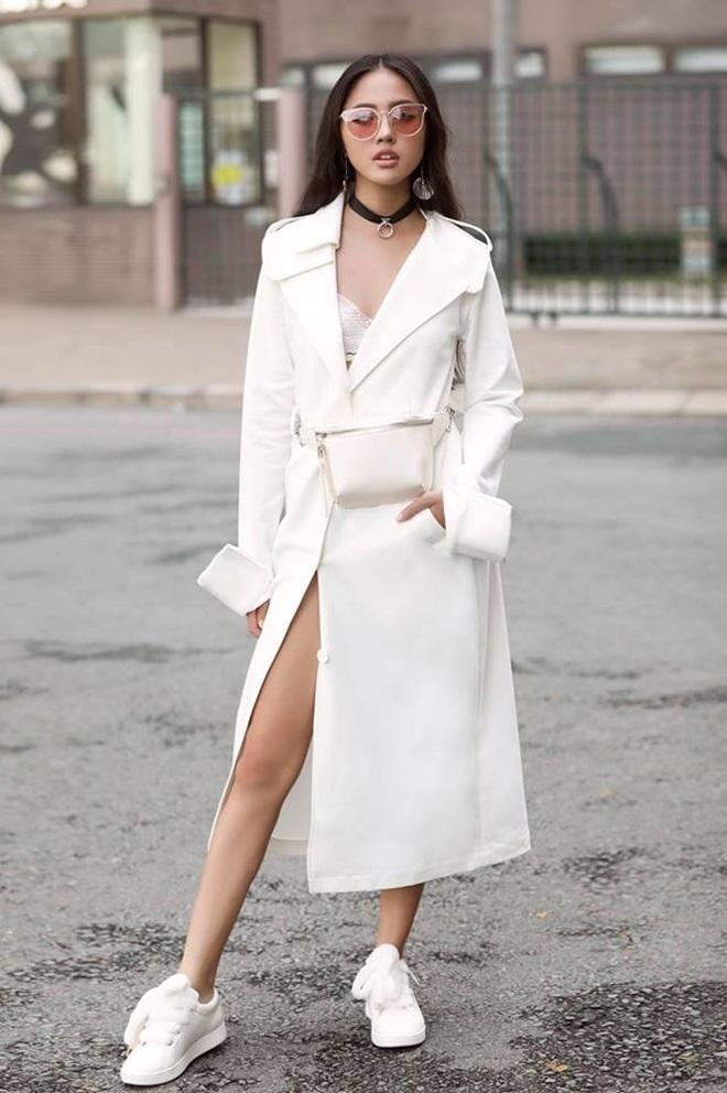 """<p> Dễ dàng nhận thấy, Thanh Vy thường dùng phụ kiện làm điểm nhấn cho trang phục. Với bộ đồ """"trắng toàn tập"""", nữ người mẫu 9X chọn kính gọng tròn bản to và vòng cổ choker để tạo nét chấm phá cho tổng thể.</p>"""