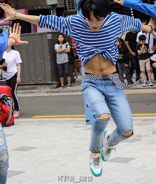Có bụng săn chắc 6 múi, Jun không bỏ lỡ cơ hội khoe ưu điểm thân hình bằng kiểu áo phông ngắn đi kèm jeans cạp trễ.