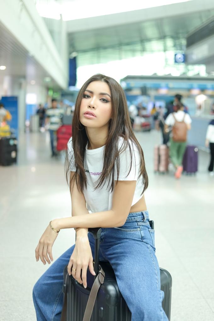 <p> Mới đây, Minh Tú cùng ekip sang Thái Lan để tham dự buổi họp báo chương trình. Tại sân bay Tân Sơn Nhất, chân dài thu hút sự chú ý với chiều cao nổi bật và phong cách thời trang chất.</p>