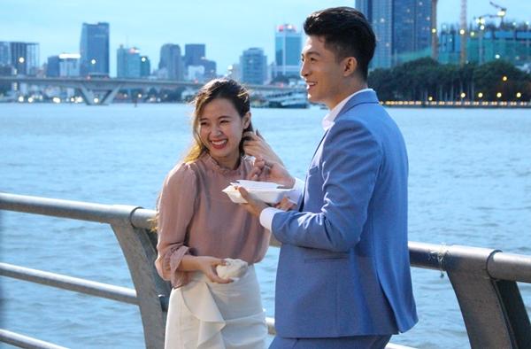 Loạt ảnh Harry Lu - Midu tình tứ bên bờ sông Sài Gòn được nhiều fan quan tâm. Trong loạt ảnh này, hot boy xứ Đài và ngọc nữ màn ảnh Việt cùng trò chuyện, ăn những món ăn vặt.