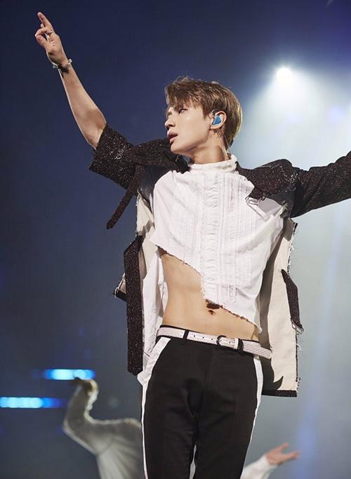 Croptop là một kiểu đồ diễn quen thuộc của Tae Min để anh chàng khoe vòng eo nhỏ xíu.