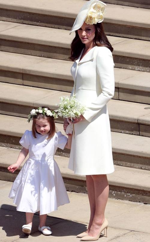 Kate được cho là người trao bóhoa cưới cho Meghan trước khi Meghan được Thái tử Charles dẫn vào lễ đường.