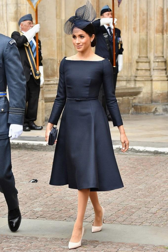 """<p> Kể từ khi hợp tác với giám đốc sáng tạo Clare Waight Keller của Givenchy, phong cách của Meghan dường như cũng chịu ảnh hưởng từ """"nàng thơ của Givenchy"""" Audrey Hepburn. Trong lễ kỷ niệm thứ 100 của lực lượng Không quân Hoàng gia, cô mặc váy xòe cổ thuyền màu xanh navy với thân trên ôm sát, gợi nhớ đến chiếc váy cocktail mà Hepburn mặc trong<em> Sabrina </em>năm nào.</p>"""