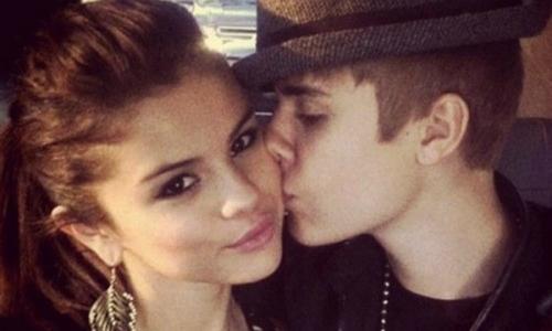 Selena bị bắt gặp đang xem lại ảnh thời còn yêu Justin