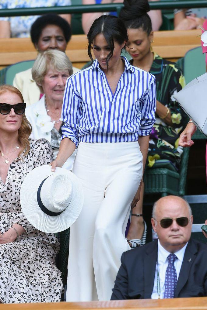 <p> Tham dự Wimbledon lần đầu tiên với tư cách hoàng gia, Meghan đến xem trận chung kết giải đấu nữ cũng với chị dâu Kate Middleton. Cô chọn trang phục phong cách hải quân, với áo kẻ sọc xanh trắng, quần vải rộng và một chiếc mũ cói thanh lịch.</p>