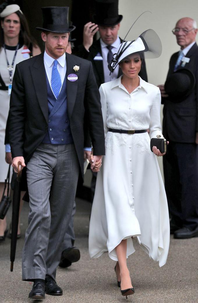 <p> Tại lễ hội đua ngựa Royal Ascot đầu năm nay, Meghan Markle mang đến hình ảnh của một Audrey Hepburn giống như trong bộ phim <em>My Fair Lady</em> năm 1964. Nhân vật Eliza dự Royal Ascot với bộ váy ren trắng, đính nơ đen to bản. Với phiên bản Markle, những chiếc nơ đã được thu nhỏ lại cùng chiếc váy đơn giản, trang nhã, kết hợp với thắt lưng mảnh và mũ đen trắng cầu kỳ.</p>