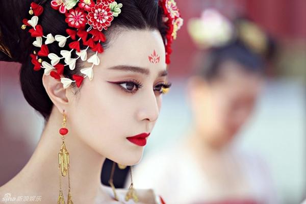 Võ Mị Nương truyền kỳ là bộ phim gây sốt suốt năm 2015. Phim lấy bối cảnh nhà Đường, kể về hành trình thành nữ hoàng duy nhất trong lịch sử Trung Hoa Võ Tắc Thiên. Bộ phim được đầu tư rất mạnh về bối cảnh, phục trang. Khâu trang điểm của Phạm Băng Băng cũng khiến các cô gái đua nhau trầm trồ. Vẻ đẹp quyền uy của Võ Tắc Thiên được thể hiện thông qua cách makeup mặt trắng, môi đỏ chót, mắt sắc như dao. Tuy nhiên chi tiết gây sốt hơn cả là hình hoa vẽ trên trán, được bám khá sát với lối làm đẹp của phi tần nhà Đường xưa.