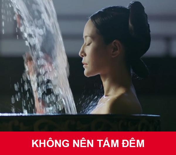 Không nên tắm đêm bằng nước lạnh như Thuần phi sẽ làm yếu cơ thể, tạo điều kiện cho người cõi âm dễ tiếp cận.