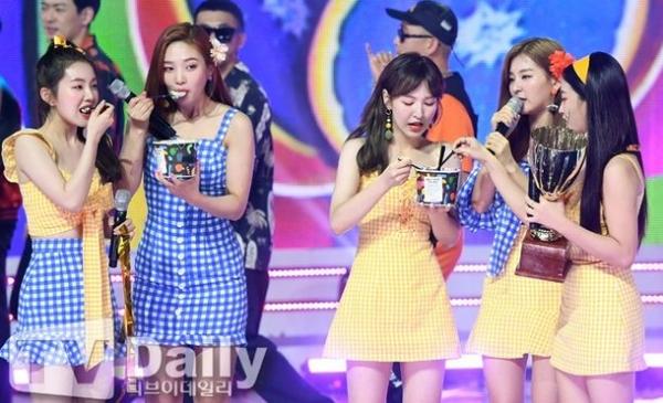 Red Velvet đang trở thành con ghẻ trong mắt netizen Hàn.