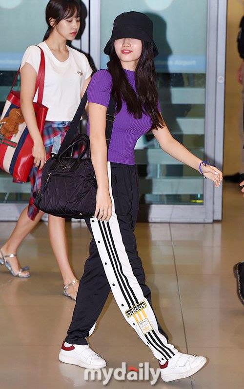 Các cô gái Twice trở về Hàn sau lịch làm việc ở Mỹ. Trang phục thể thaođược các cô gái ưa chuộng khi bay chuyến dài. Quần Adidas, giày thể thao và mũ bucket là những item hoàn hảo cho Momo khi muốn tìm sự thoải mái.