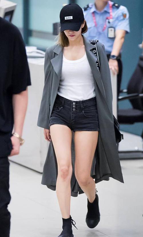 Jeong Yeon có tỉ lệ cơ thể chuẩn như búp bế, đặc biệt là đôi chân dài. Không cần đi giày cao, nữ ca sĩ cũng khiến mọi người ngoái lại nhìn.