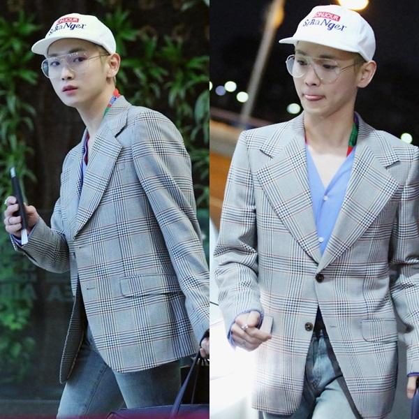Key (SHINee) luôn là một idol có gout thời trang sành điệu, nhưng phong cách của anh ấy không dành cho tất cả mọi người. Ví dụ như set đồ này. Chiếc áo khoác kẻ sọc và cặp kính cổ điển là một sự kết hợp trông rất ăn ý, nhưng thông thường sẽ chẳng ai dám diện vì trông không khác gì một ông lão.
