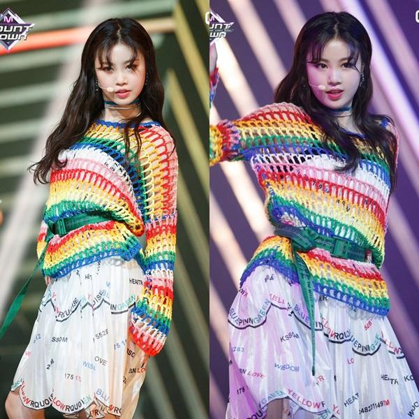 Chiếc áo đan móc cầu vồng của Soo Jin (G)I-DLE trông không tệ, nhưng kết hợp cùng chiếc váy chi chít chữ và màu sắc bên trong khiến outfit trở nên vô cùng hài hước. Trừ khi bạn là một giáo viên mầm non, trang phục này trông lòe loẹtquá mức cầnthiết.