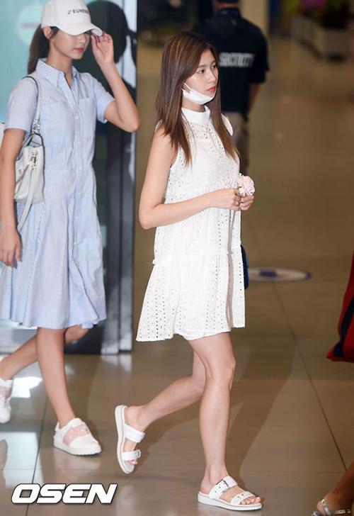 Những kiểu váy dáng suông, dày bệt giúp Sana dễ dàng di chuyển mà không mất nét nữ tính.