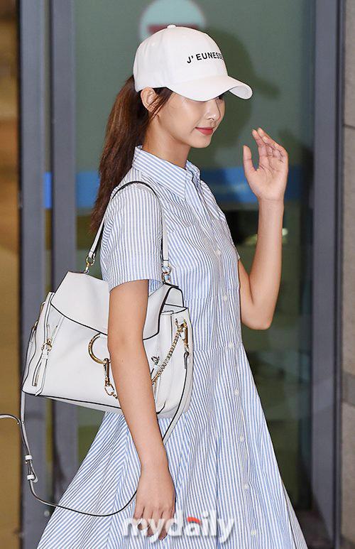 Tzuyu đáng yêu với áo váy tối giản, mũ lưỡi trai tạo phong cách năng động.