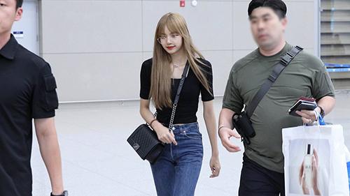 Lisa trở về Hàn sau khi dự sự kiện ở Thái. Chiếc áo phông bó giúp em út của Black Pink khoe vòng eo nhỏ, vòng hông gợi cảm. Dù chỉ mặc những item cơ bản, nữ ca sĩ vẫn toát lên vẻ sexy.