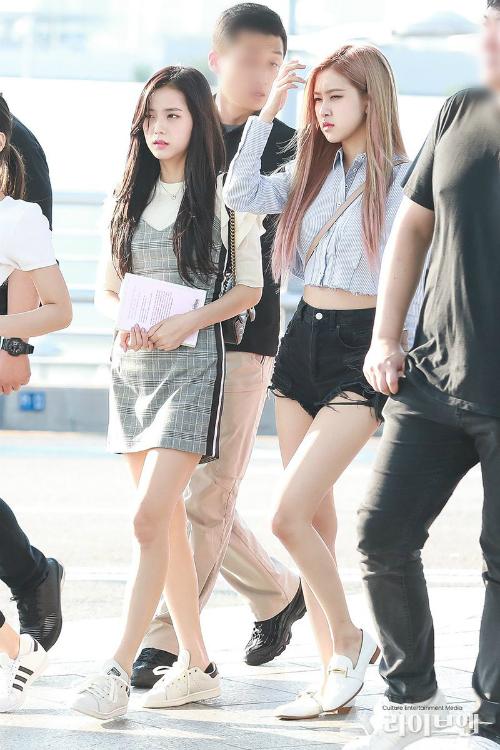 Các thành viên Black Pink nổi tiếng nhờ hình thể đẹp, đặc biệt là đôi chân thon thả. Ji Soo luôn là người có phong cách nữ tính, chuộng những mẫu váy liền đậm chất nữ sinh.