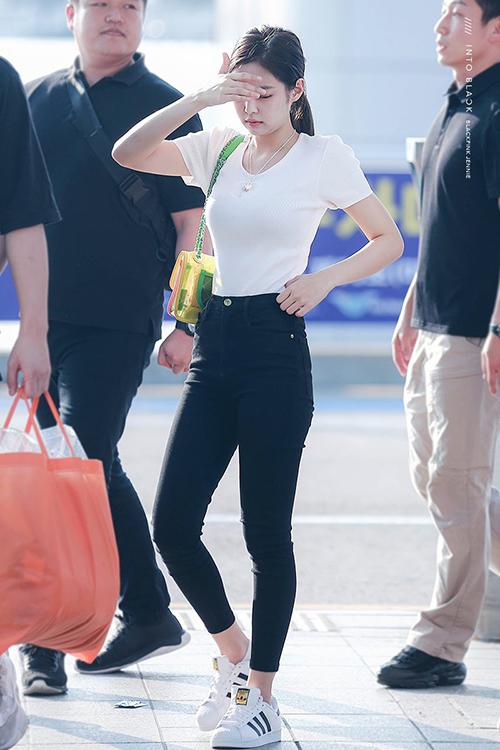 Jennie dù mặc quần jean vẫn gợi cảm. Chiếc túi trong xuất của Chanel là phụ kiện tạo đẳng cấp trong set đồ.