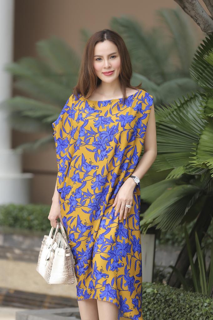 <p> Hoa hậu quý bà Phương Lê trẻ trung, năng động nhưng không mất đi sự nữ tính trong dáng váy rộng bất đối xứng, được thực hiện trên nền vải lụa mềm mại.</p>