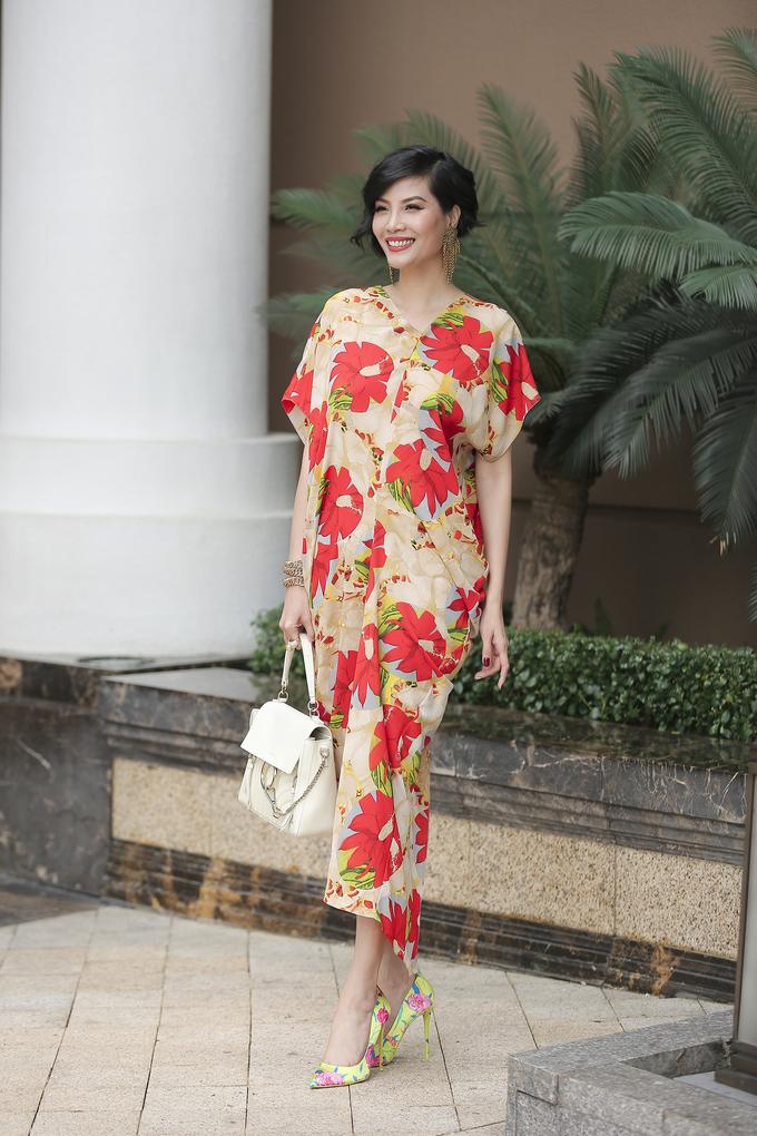 <p> Vũ Cẩm Nhung nổi bật với những gam màu đỏ, cam, trắng, vàng, xanh được phối trên cùng một tổng thể với chất liệu lụa mềm mại. Bộ váy phom rộng, có cấu trúc đối xứng với những đường gấp nếp nhẹ nhàng.</p>
