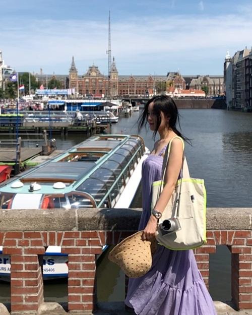 Hyo Min mặc váy 2 dây thướt tha dạo chơi ở Amsterdam, Hà Lan.