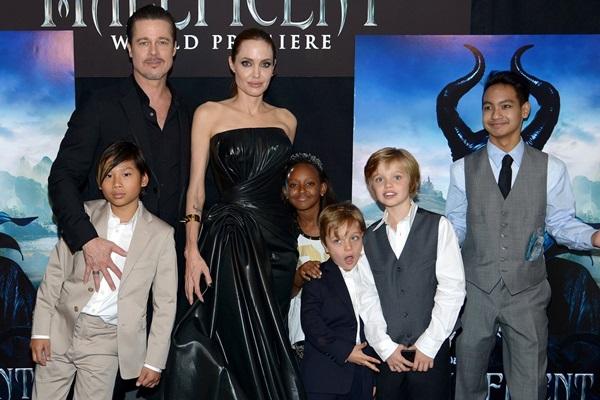 Brad Pitt và Angelina Jolie cùng các con thời còn hạnh phúc.