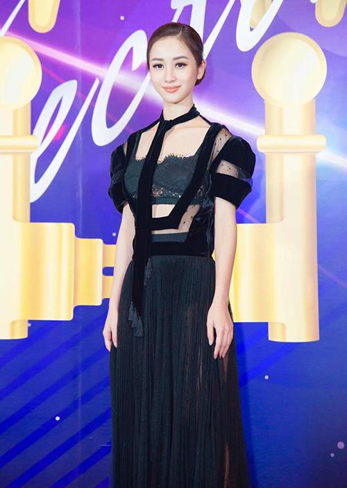 Một màn đụng độ khác chứng minh Kỳ Duyên - Jun Vũ gần đây có style chẳng khác gì chị em là trang phục xuyên thấu pha ren màu đen của NTK Lâm Gia Khang.