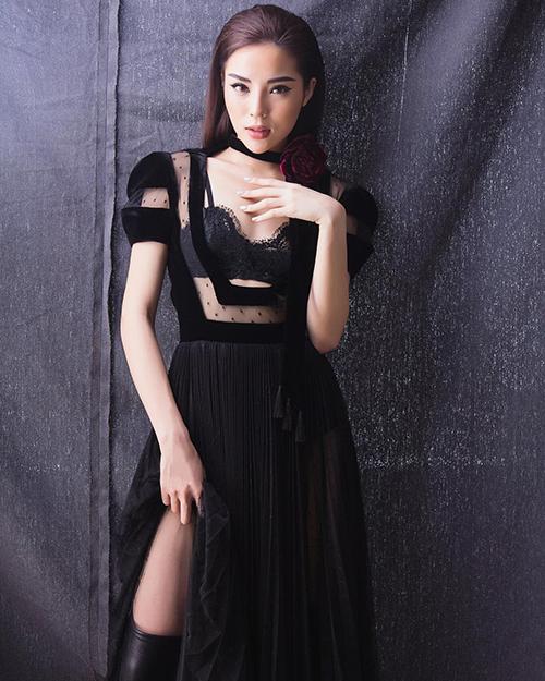Kỳ Duyên diện trang phục này có phần lấn át Jun Vũ vì số đo của cô nàng vừa vặn với trang phục hơn.