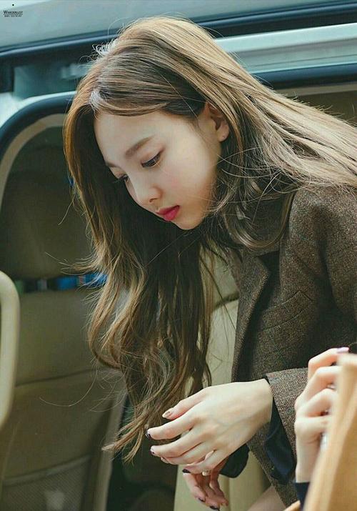 3 màu tóc nâu của idol Hàn giúp da sáng bừng không cần đánh phấn - 1