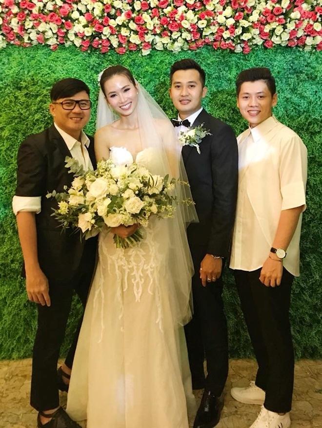 <p> Đầu tháng 5 vừa qua, top 7 Vietnam's Next Top Model 2011 - Trần Thanh Thủy - tổ chức hôn lễ cùng ông xã điển trai. So với các gương mặt người mẫu bước ra cùng cuộc thi, sự nghiệp và đời tư của Thanh Thủy cũng mờ nhạt, kín tiếng hơn.</p>