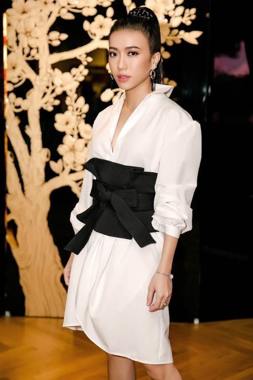 Chọn bộ cánh đơn giản nhưng vô cùng nổi bật với áo sơ mi dáng dài mix cùng áo corset thắt nơ duyên dáng, style này hoàn toàn phù hợp với vóc dáng thanh mảnh của nữ diễn viên sinh năm 1991.